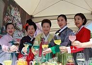 Thưởng thức rượu truyền thống trong làng cổ Hanok Namsangol Hàn Quốc
