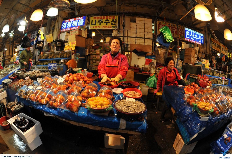 Chợ đêm Seoul sầm uất đầy náo nhiệt - Ảnh 1
