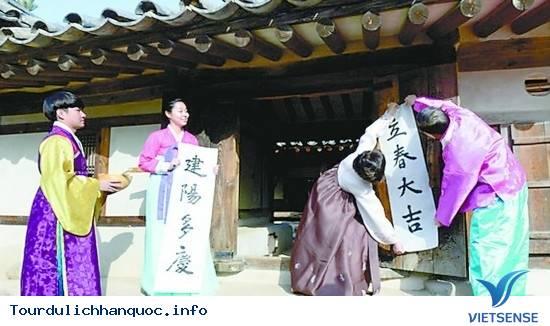 Người Hàn Quốc Dán Câu Đối Đỏ Lên Cửa Vào Thời Khắc Lập Xuân - Ảnh 1