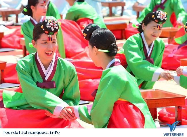 Nữ sinh Hàn Quốc rạng ngời trong lễ trưởng thành - Ảnh 11