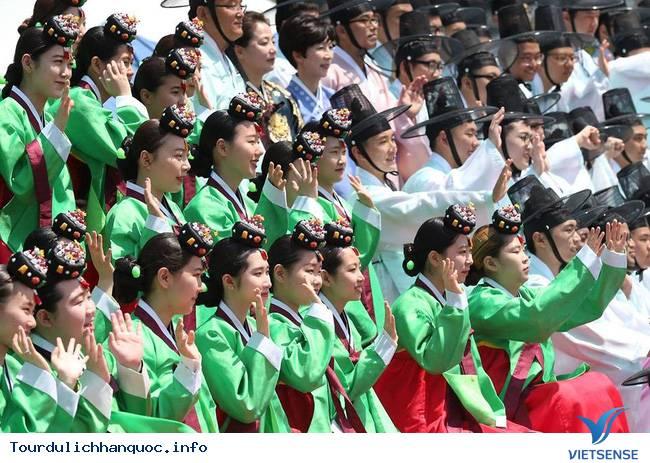 Nữ sinh Hàn Quốc rạng ngời trong lễ trưởng thành - Ảnh 10