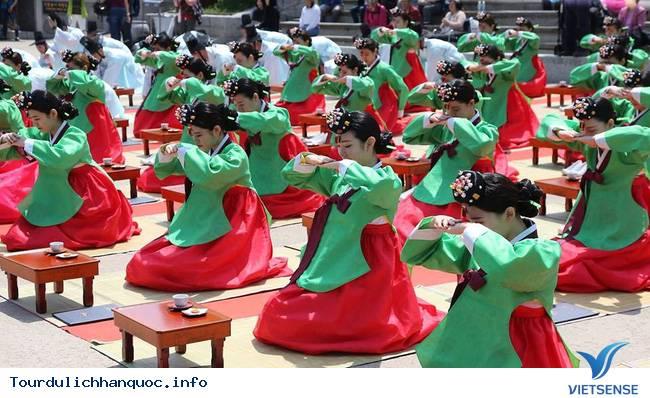 Nữ sinh Hàn Quốc rạng ngời trong lễ trưởng thành - Ảnh 1